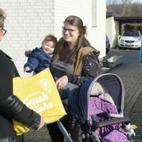 Bild 1-3: Liane Kroll, bereits seit 2006 ehrenamtliche Familienpatin im Netzwerk, besucht Familie Bauer und Leona (10 Monate) in Lauchhammer (Fotos © NKG / Steffen Rasche)