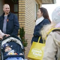 Liane und Daniel Schäfer aus Ruhland freuen sich, dass Familienpatin Carina Stamm (40) weiterhin für sie und Söhnchen Oskar da ist. (Fotos:© NKG / Steffen Rasche)