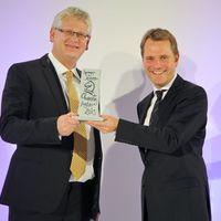 Der damalige Bundesgesundheitsminister Daniel Bahr (FDP) überreicht den Springer Medizin CharityAward 2013 an Hendrik Karpinski (li.)  (c) Sascha Nolte (Bild: 1/2)