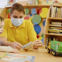 Statt eines Vorlesepaten haben in diesem Jahr zum Vorlesetag Kinderkrankenschwestern den kleinen Patienten im Krankenhaus Lauchammer vorgelesen. (Foto: KNL/Steffen Rasche)